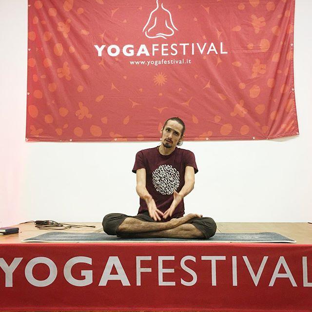 Ieri a Yoga Festival abbiamo praticato alla luce di alcuni concetti chiave dell'intenzione nei confronti della pratica, che influenza la nostra attitudine sul tappetino. Da questa interpretazione che affonda le sue radici nel pensiero Buddhista e poi in Patanjali fino a trovare conferme nelle neuroscienze, siamo arrivati a portare l'attenzione e a enfatizzare la percezione delle energie che ci attraversano e che possiamo muovere consapevolmente, dandoci il tempo per connettere corpo grossolano e sottile, sperimentando la differenza tra postura e asana assaggiando cosa significhi abitare questi ultimi in modo confortevole, come suggerito degli Yogasutra. Grazie a @yogafestival_italia e a @urbansportsclub per questa bella occasione. #yoga #hathayoga #prana #deha #dehayoga #dehayogamilano #yogafestival #yogafestivalmilano #urbansportsclub #patanjali #yogasutra #moksha #duhkha #gabrielegattinibernabo