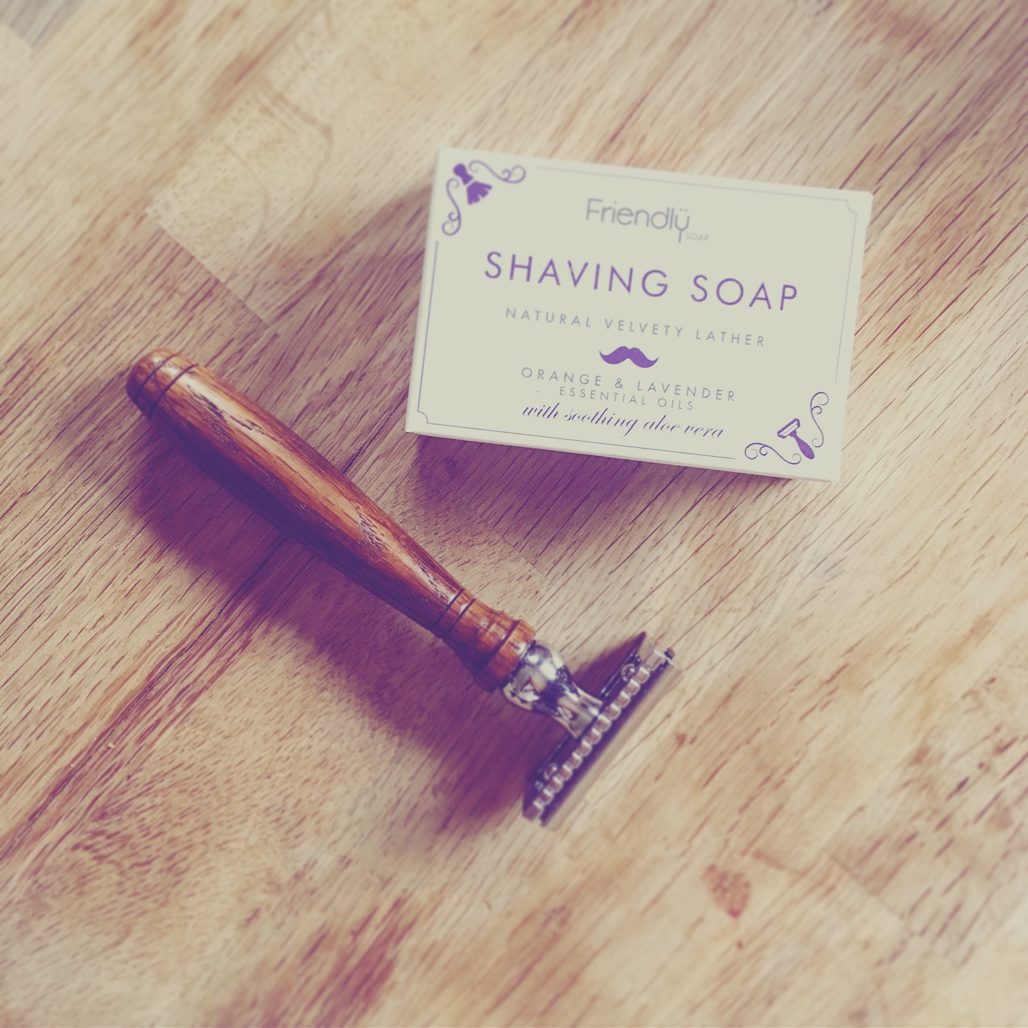 """Min nye gode gammeldagse """"sikkerhetsbarberhøvel"""" får selskap av et barbersåpestykke, fordi barberskum på boks er kommende avfall fylt med hormonforandrende stoffer!"""