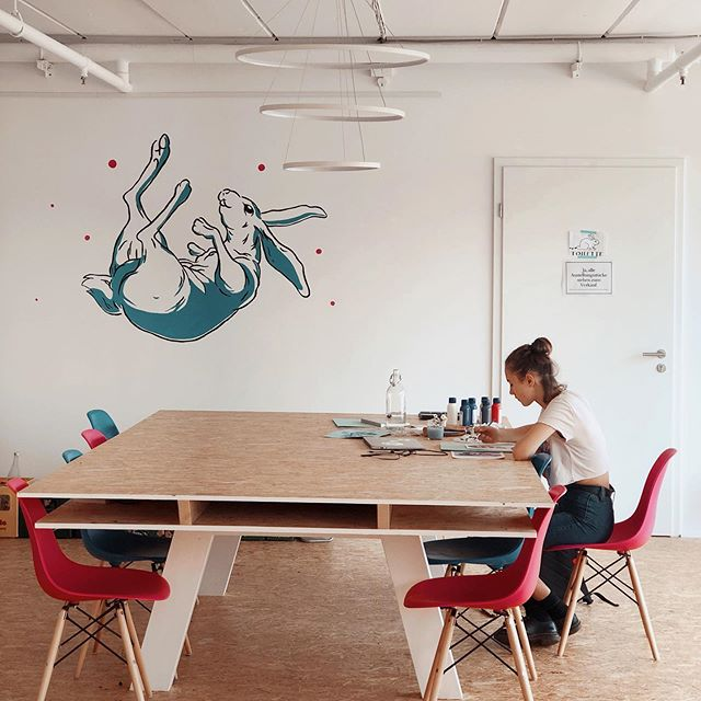 NEED TEMPORARY SPACE TO WORK ON YOUR ART!⚡️ . Here at the White Rabbit we've got a HOP IN 🐇 space available for you here in our coworking table. Only 11€ a day! Come join @paula_hkr who's renting all week to work on her art portfolio for University! . . #thewhiterabbitarts #coworkingspace #coworkingnürnberg #nürnbergkunst #kunstwerk #kunsthaus #kunstverein #verein