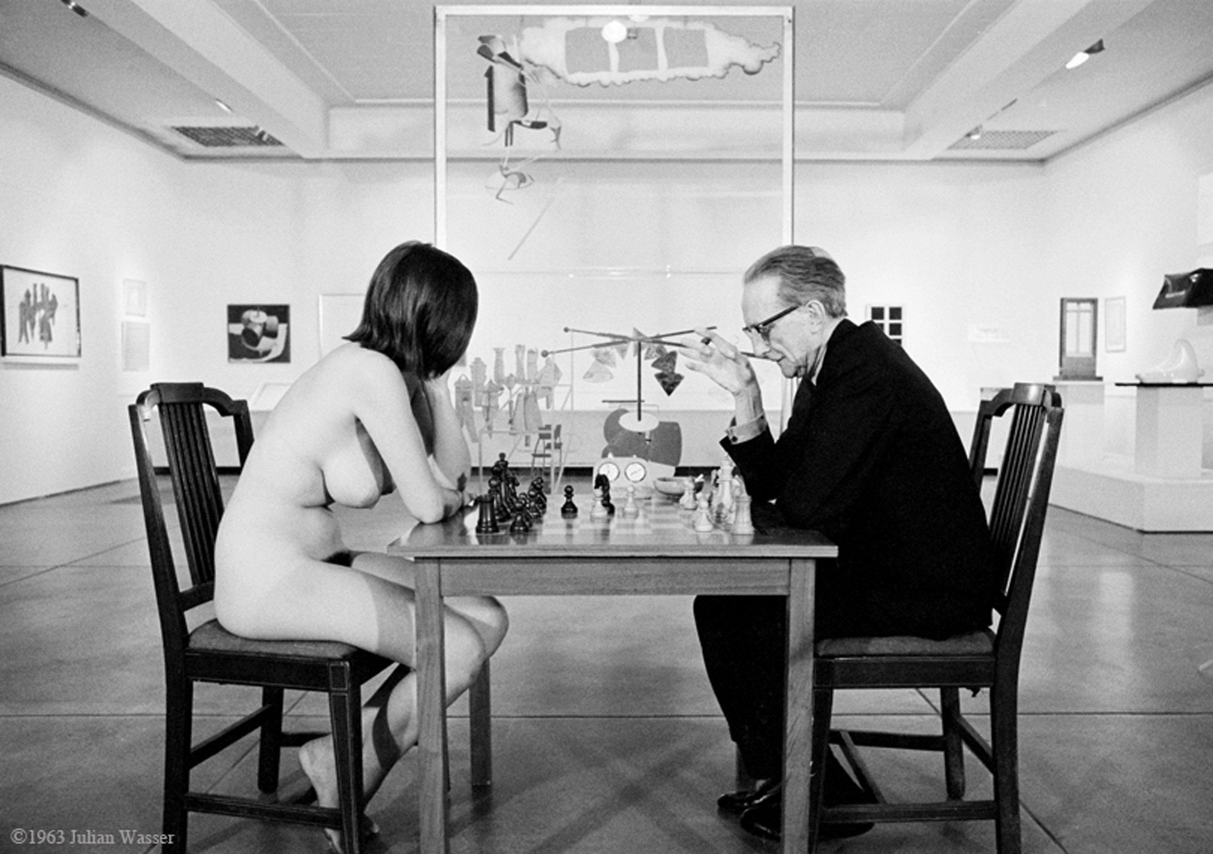 Writer Eve Babitz playing chess with artist Marcel Duchamp in 1983. Photo credit Julian Wasser.