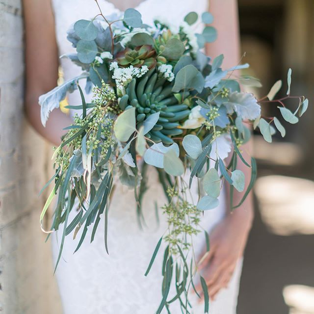Any bouquet with succulents are a YES from us 😍🌿 . Flowers: @at_home_by_casey