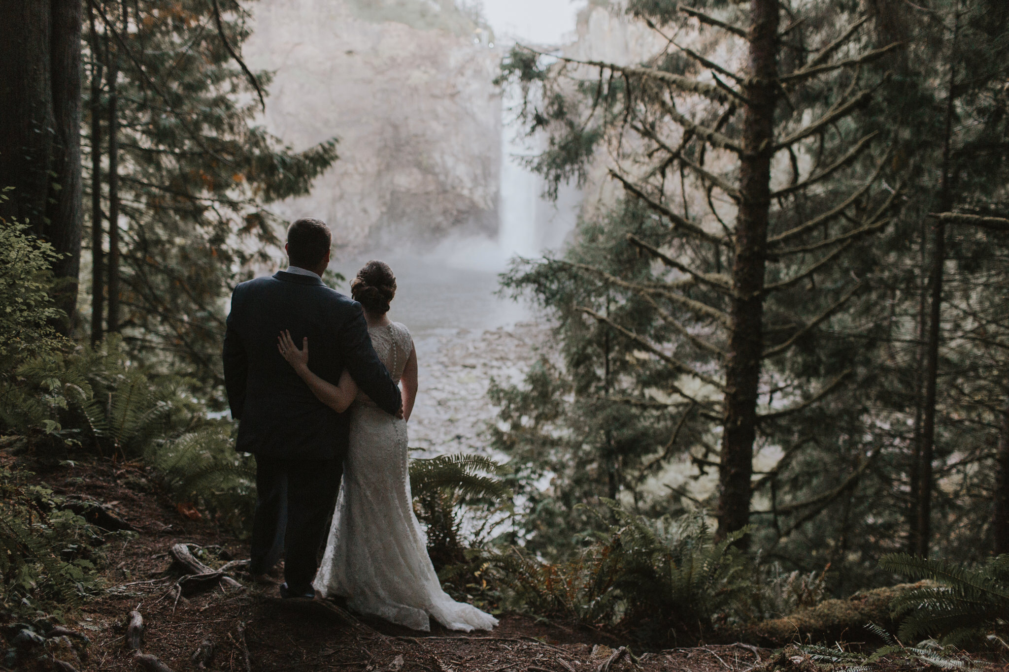 photo-of-bride-and-groom-at-snoqualmie-falls