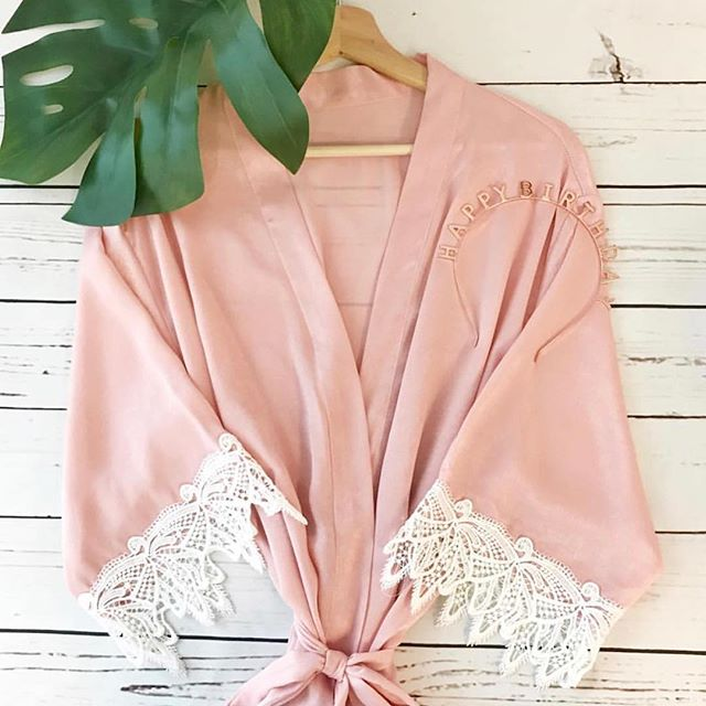 This pretty is one of the items we have coming to you soon! Newly released by @shop_prettybash in a variety of colors, this robe is perfect for your #idocrew, a gift for your sweet engaged friends, or a luxe #treatyoself present, because who could deserve it more? An #attitudeofgratitude is the PERFECT way to kick off the week!  Tell me your fave go to pamper products or your favorite bridal party/wedding gift! 📷 courtesy @shop_prettybash 🖤