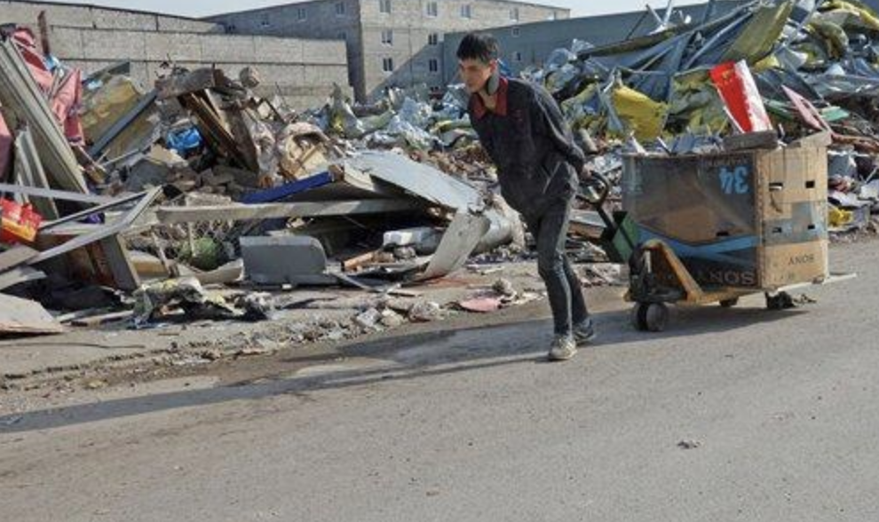 A man pulls his belongings in a cart along the remains of a demolished building in Beijing, which has begun an eviction campaign after a deadly fire in the capital's Daxing district last week.  Source: IC