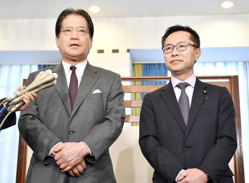 Secretaries-General Motohisa Furukawa of the Party of Hope (right) and Teruhiko Mashiko of the Democratic Party (left) speak to reporters in Tokyo on Jan. 14. (Source: KYODO)