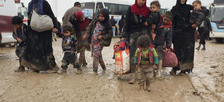 UNHCR/Caroline Gluck   Women and children arriving at displacement camp in Hammam al-Ali
