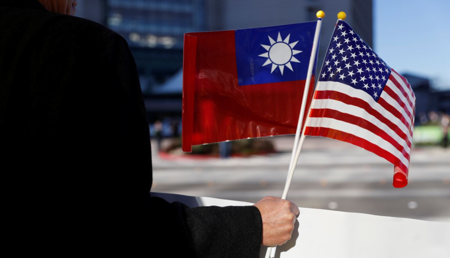 [A demonstrator holds the flags of the Republic of China (Taiwan) and the United States in support of Taiwanese President Tsai Ing-wen during her stopover in Burlingame, California on Jan. 14, 2017. Photo:  REUTERS ]
