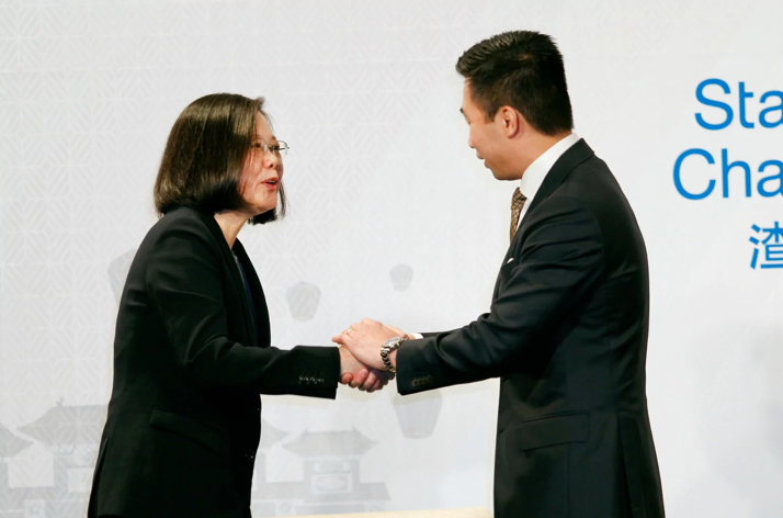 [Taiwan's President Tsai Ing-wen shakes hands with US Assistant Deputy Secretary of State Alex Wong during a Mar. 21, 2018 event hosted by the American Chamber of Commerce in Taipei. Photo:  Chiang Ying-ying / AP ]