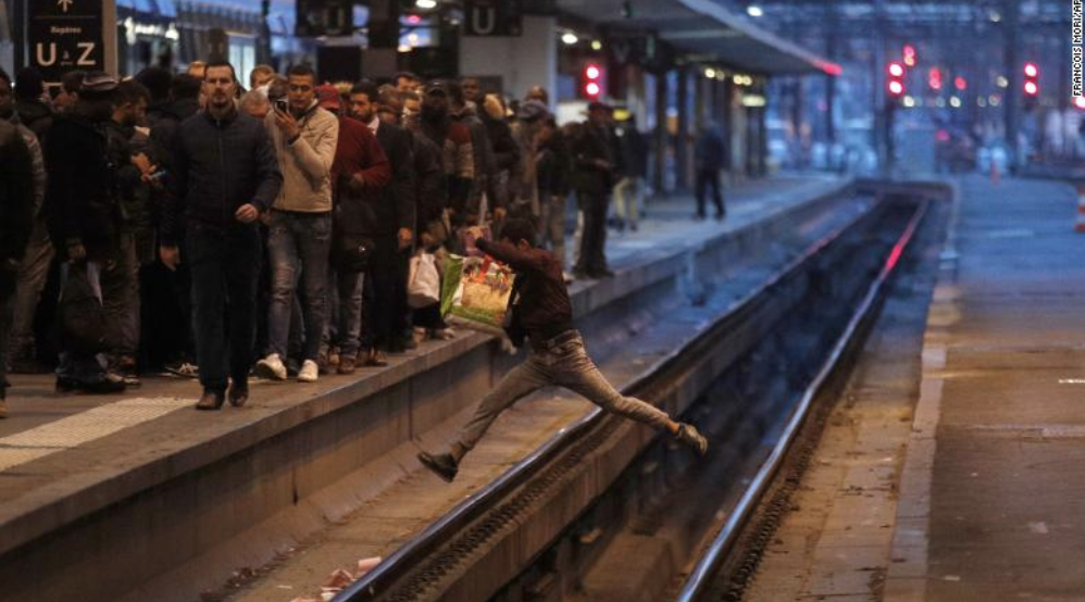 CNN : Passenger crossing tracks at Gare de Lyon train station in Paris