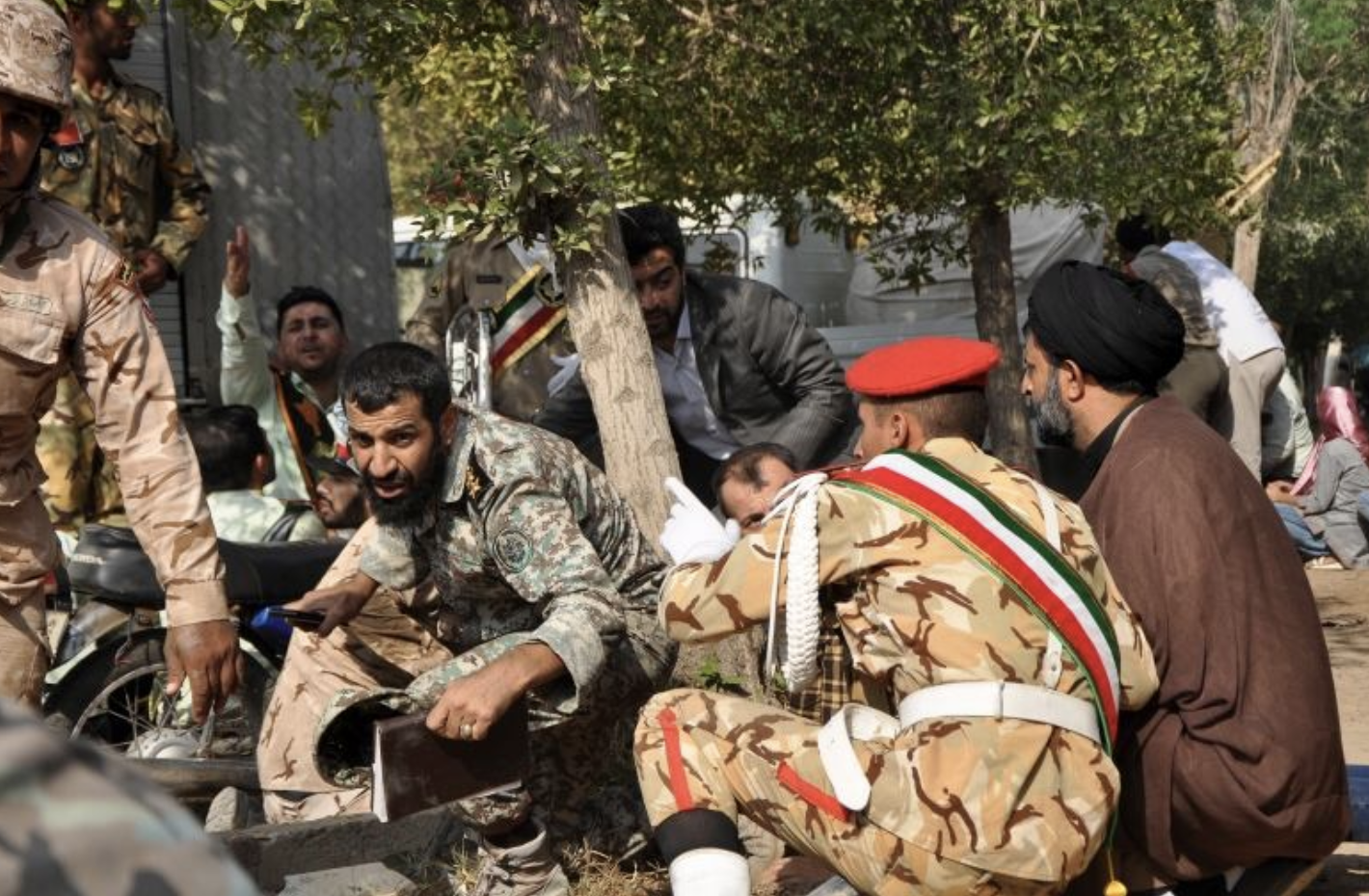 Iranian armed forces members and civilians take shelter during Saturday's attack on Iran's military parade.  Photo : Behrad Ghasemi/Associated Press