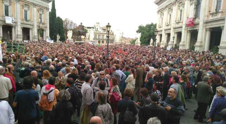Thousands of Italians gather in Rome's ancient forum to advocate for the cleanliness and safety of Rome. Photo:  Il Messaggero