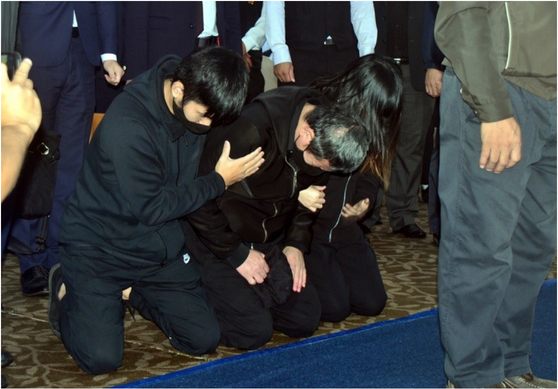 Train operator Yu Chen-chung (center) kneels and weeps at a memorial for those killed in the train derailment on Oct. 31, 2018. Credit:  Central News Agency