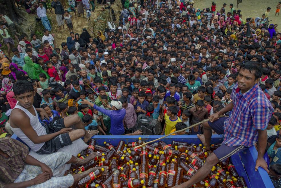 Photograph of a crowded Rohingya refugee camp in Bangladesh;  Photo: CS Monitor