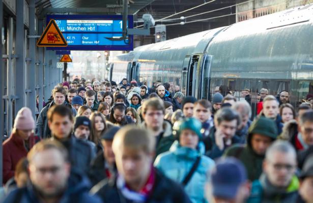 Passengers in Hamburg during the rail strike. Photo:  DPA
