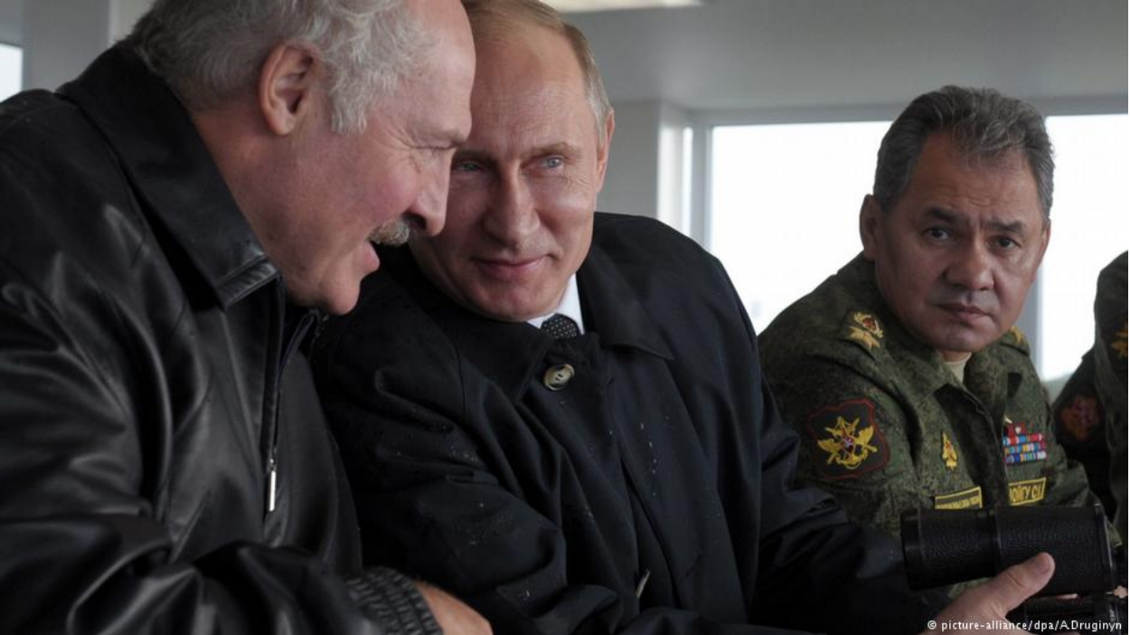 Belarusian President Alexander Lukashenko (left), Russian President Vladimir Putin (center), and Russian Defense Minister Sergei Shoigu (right) at the Zapad 2013 military exercises held in Belarus and Russia. Photo:  A. Druginyn/dpa:picture-alliance