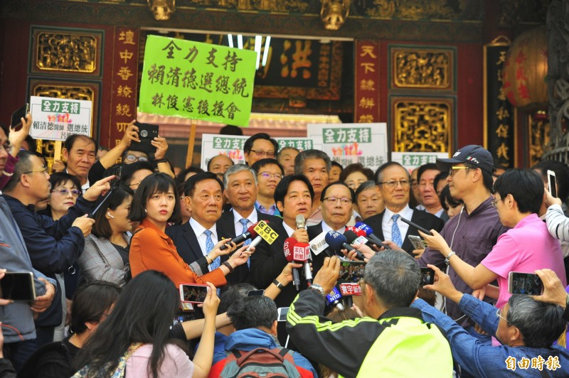Ex-Premier William Lai (DPP) speaks to reporters after praying for good luck at the Tiantan Tiangong Temple in Tainan City on March 19, 2019. Photo:  Wang Chieh/Liberty Times