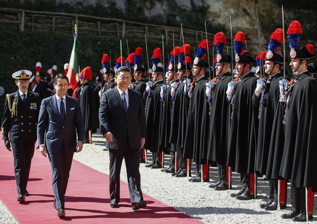 Chinese President Xi Jinping and Italian Prime Minister Giuseppe Conte inspect an honor guard in Rome, Italy before the signing of the trade agreement on Mar. 23, 2019. Photo:  Riccardo Antimiani/EPA