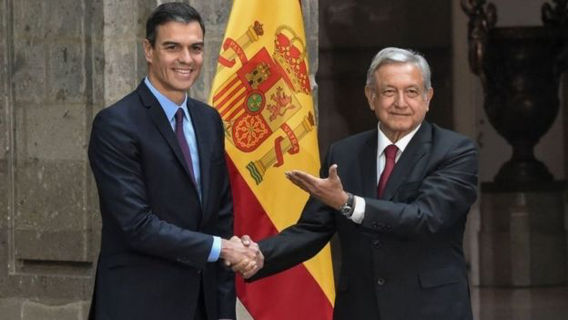 Mexican President López Obrador, right, shakes hands with Spanish Prime Minister Pedro Sánchez on a visit to Mexico in January. Photo:  AFP  via BBC News.