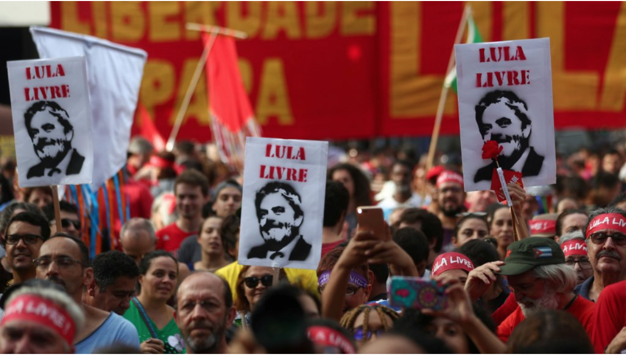 "Protesters demanding the release of Lula da Silva with signs that read, ""Free Lula.""  Photo: Amanda Perobelli/ Reuters/  France24"