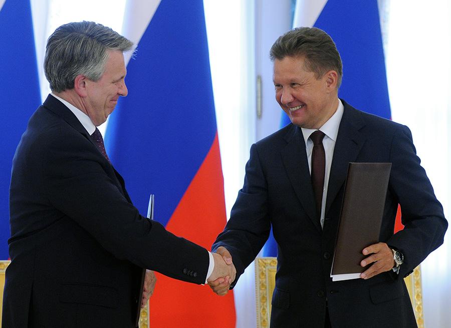 Ben van Beurden, Shell CEO, and Alexey Miller, Gazprom Deputy Chairman, sign the Memorandum of Understanding on Baltic LNG project. St. Petersburg, Jun. 16, 2016. Photo.    Source: Gazprom by RIA Novosti