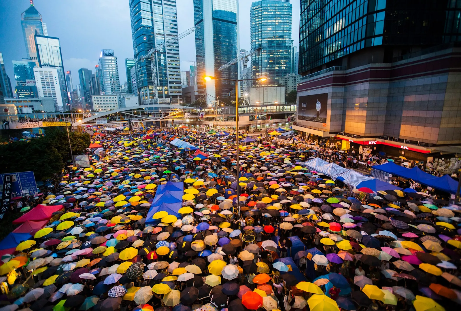 On Oct. 28, 2014, protestors opened their umbrellas for 87 seconds, marking the 87 rounds of tear gas fired by Hong Kong police on unarmed student demonstrators in the Admiralty area. Photo:  Alex Hofford/EPA