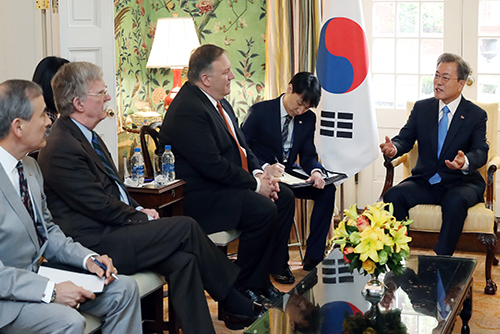 South Korean President Moon Jae-in (right) meets senior U.S. officials, including Secretary of State Mike Pompeo (center) and National Security Advisor John Bolton (second from left) on Apr. 11, 2019. Photo:  Yonhap