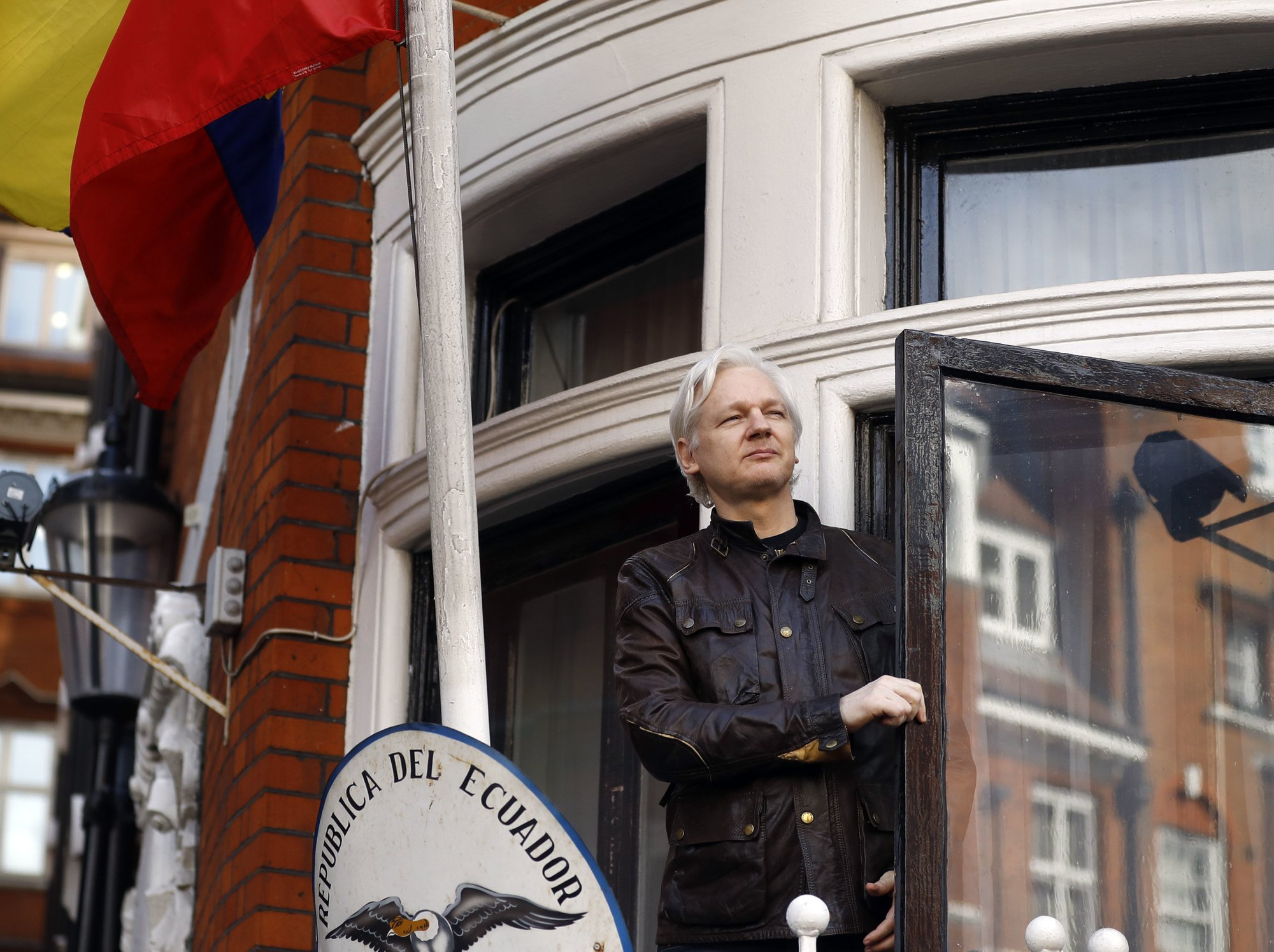 Julian Assange pictured on a balcony of the Ecuadorian Embassy in London in 2017. Assange was arrested on Thursday by London police after Ecuador ended his 7-year asylum. Photo:  AP Photo /Frank Augstein, Fil.
