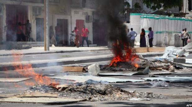 Protests broke out in Mogadishu between civilians and security forces after the death of a tuk tuk driver and his passenger. Photo:  VOA .