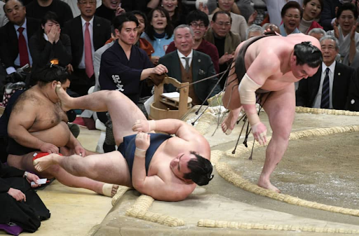 Yokozuna  Hakuho (right) defeats fellow  yokozuna  Kakuryu on the final day of the Spring Grand Sumo Tournament on March 24, 2019 in Osaka. Photo:  NIKKAN SPORT