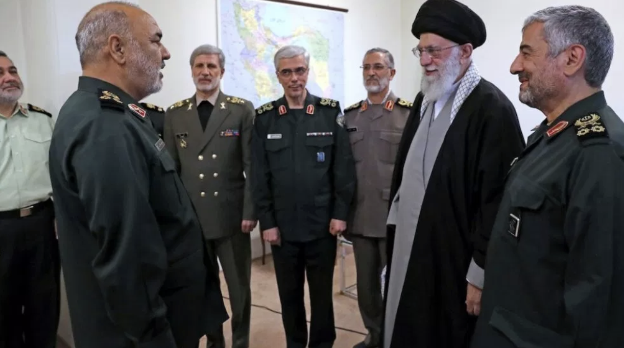 Khamanei promotes Hossein Salami to head of the IRGC in the presence of Iran's military leadership.  Photo : Iran press