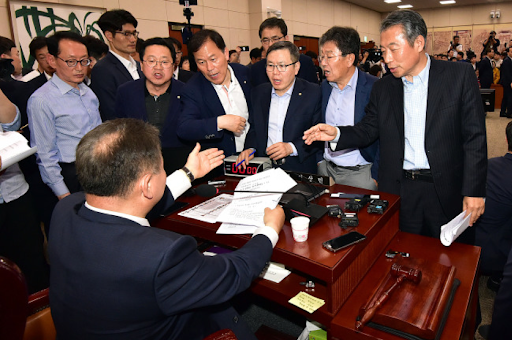 Lawmakers from the Liberty Korea Party criticize the passage of reform bills at the National Assembly's special committee on political reform. Photo:  Yonhap