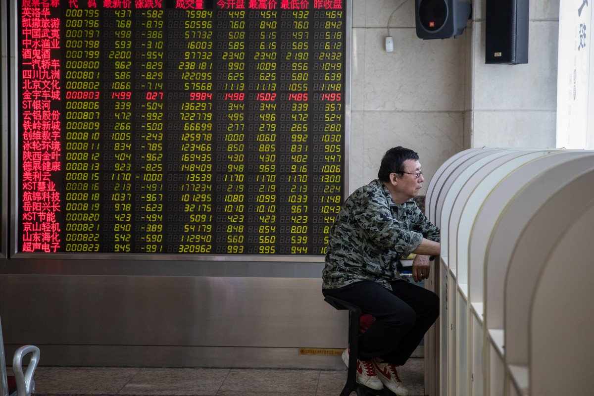 Chinese Stock Fell Across the Board on Monday  Photo:  EPA