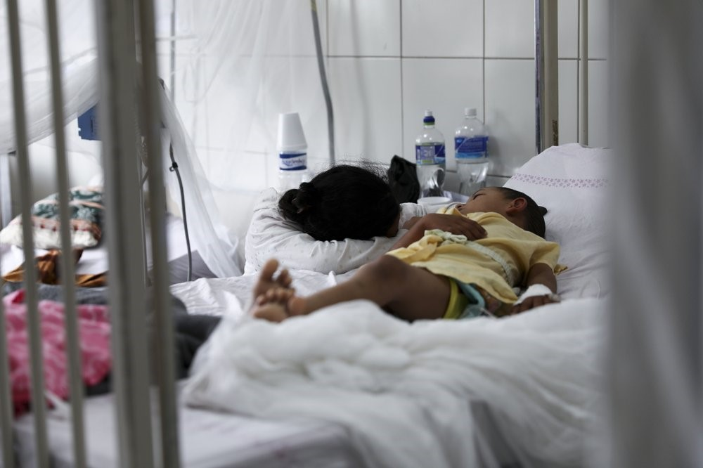 A patient receives treatment for dengue at the University School Hospital in Tegucigalpa, Honduras. Photo:  AP / Eduardo Verdugo