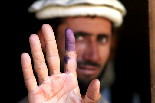 Man showing his inked finger to indicate he voted. Photo: Ssg. Christopher Allison /  Wikimedia Commons