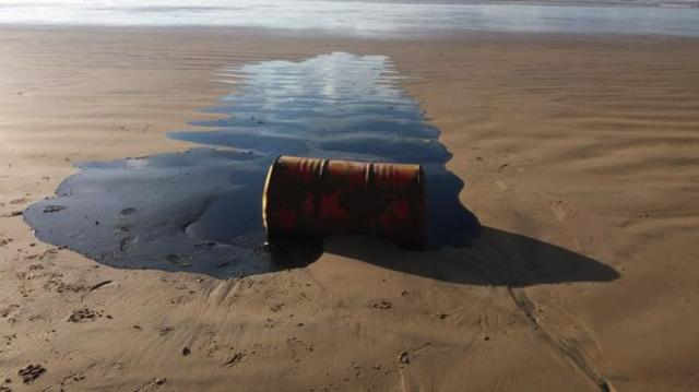 Oil barrels found off the coast of Sergipe. Photo:  BBC
