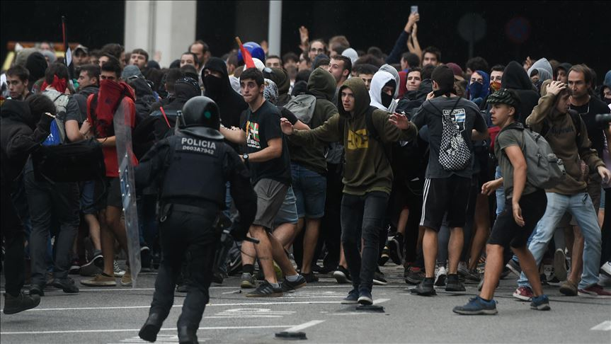 Police clash with Protestors during demonstrations at Barcelona's El Prat Airport on October 14th.  Photo : Adria Puig/Anadolu Agency