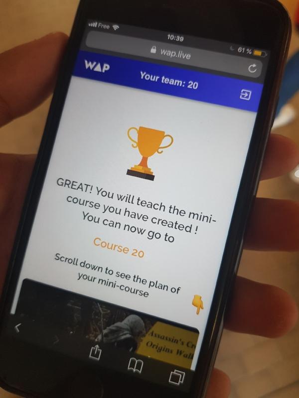 Les étudiants découvrent sur leur smartphone si ils vont enseigner ou participer aux cours de leurs pairs