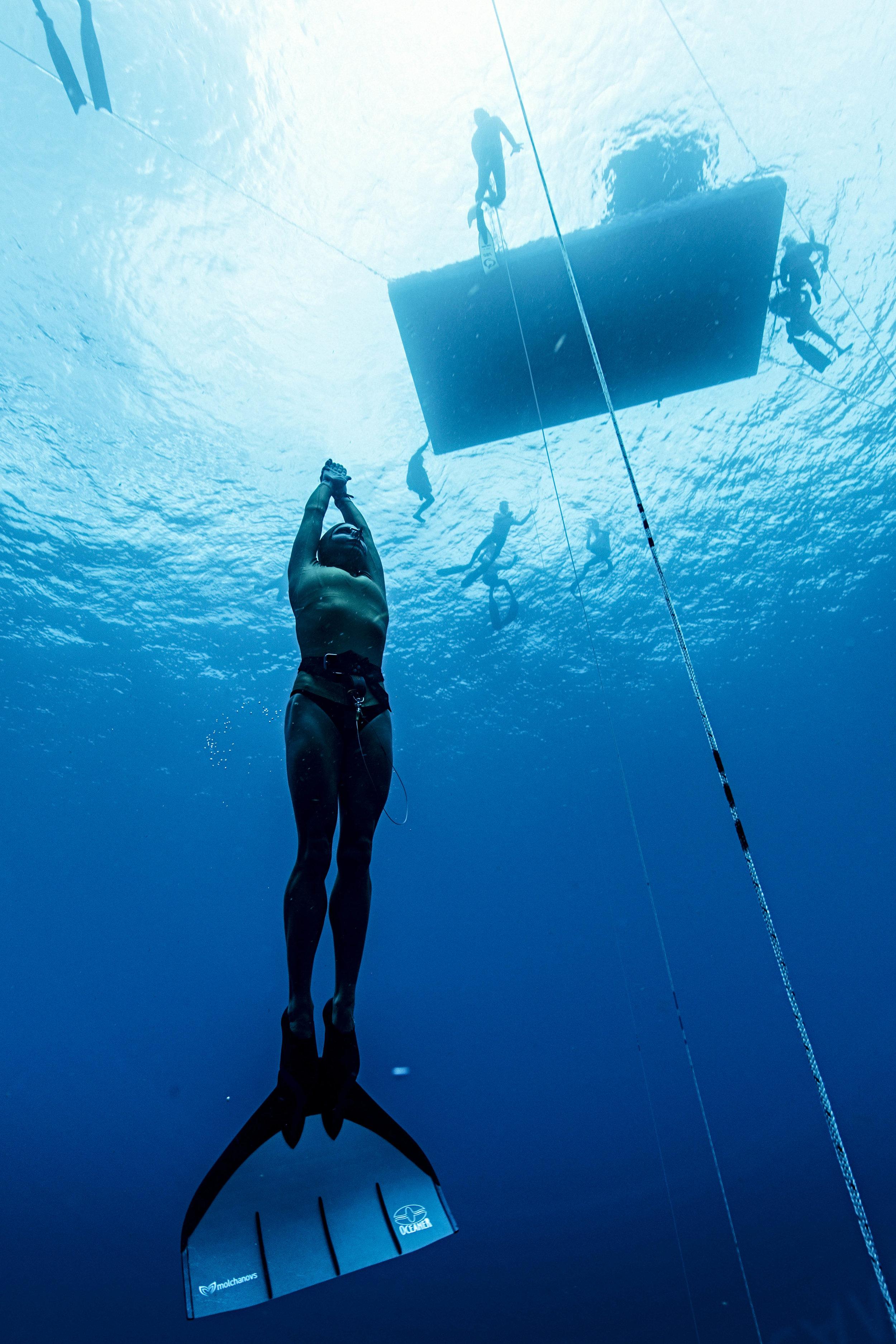 Julia Wheeler wears her Mono Fin, training in Roatan, Honduras. Representing Australia in the 2017 World Freediving Championships. Ranked 12th place overall female / 2nd Australian.