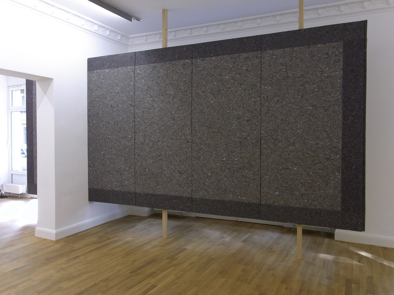 Eine Wand   2010   Installation: Holz, Textil (Industriefilz), Metallschrauben und -platten   244 x 553 x 18,5 cm