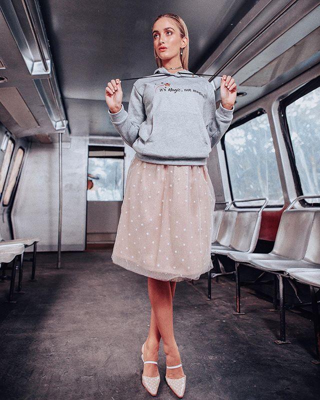 Casual+Glam Throw🔙 #mixnmatch #ValentinaAmengual Skirt w/ @masterpiece.ve hoodie