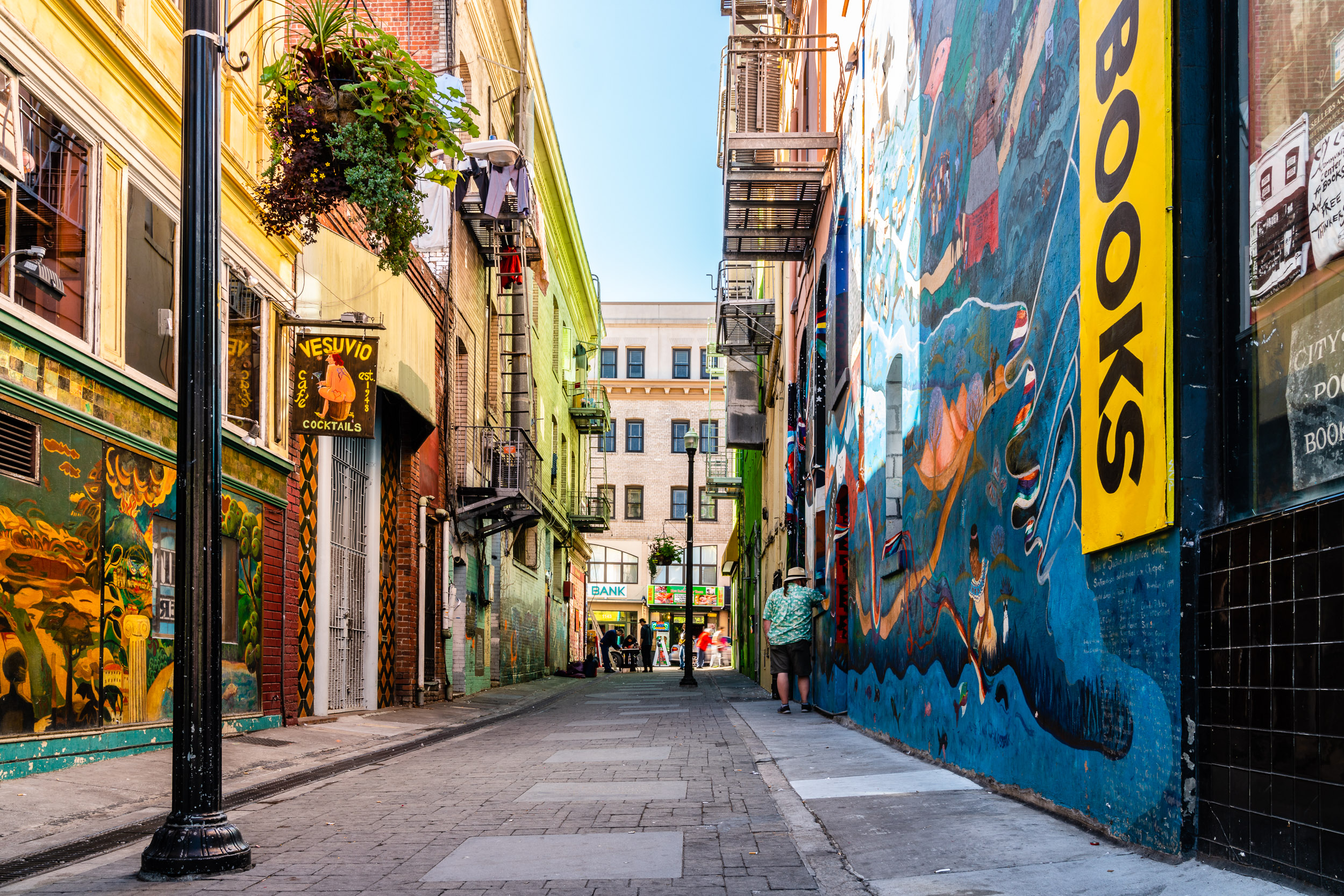 I got a Cuban/Latin vibe to this side-street connecting Grant and Columbus; really dig the colors here. The wall on the right belongs to the world famous City Lights Bookstore.