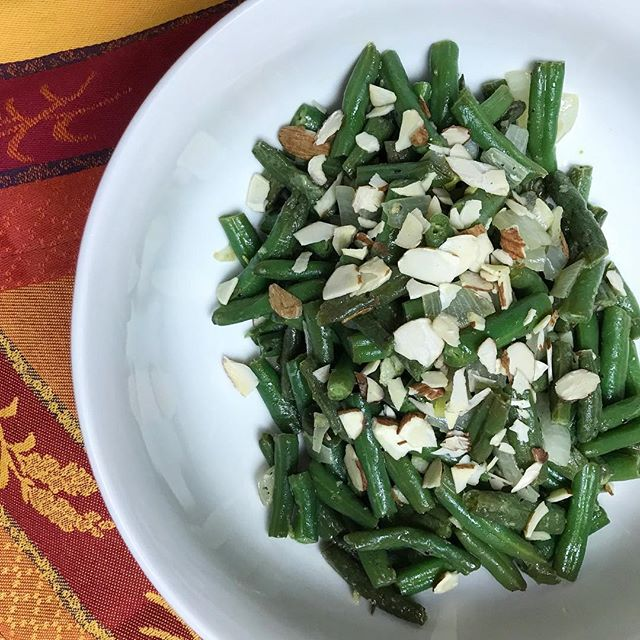 Mmmm 😋 Green beans cooked in butter and lemon with the crunch of almond slivers. A simple and drool worthy classic! Recipe is officially up on the blog 😃🤩 #greenbeans #cancerdiet #butter #nutritionfirst #keto #ketofriendly #holistichealth #holistic #remissionkitchen #cancer #eattobeat #instafood #instagood