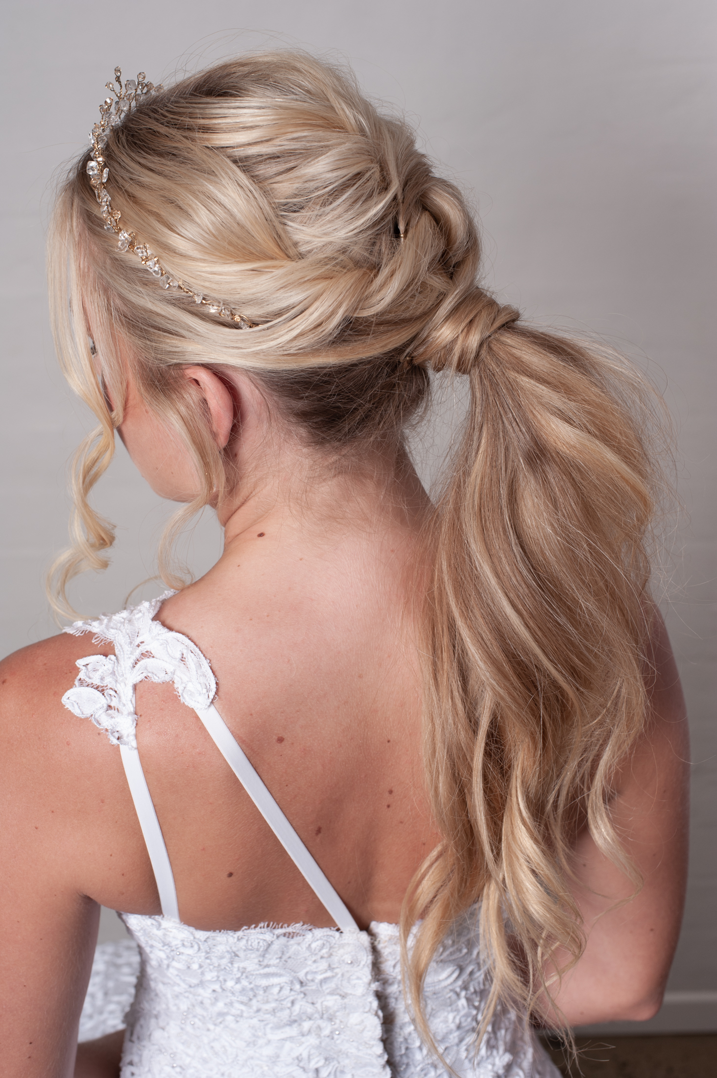 - I absolutely love a textured ponytail for a bride, is ultra modern and very confortable too! It goes very well with a beautiful tiara and the veil can be applied just on top of the pony.