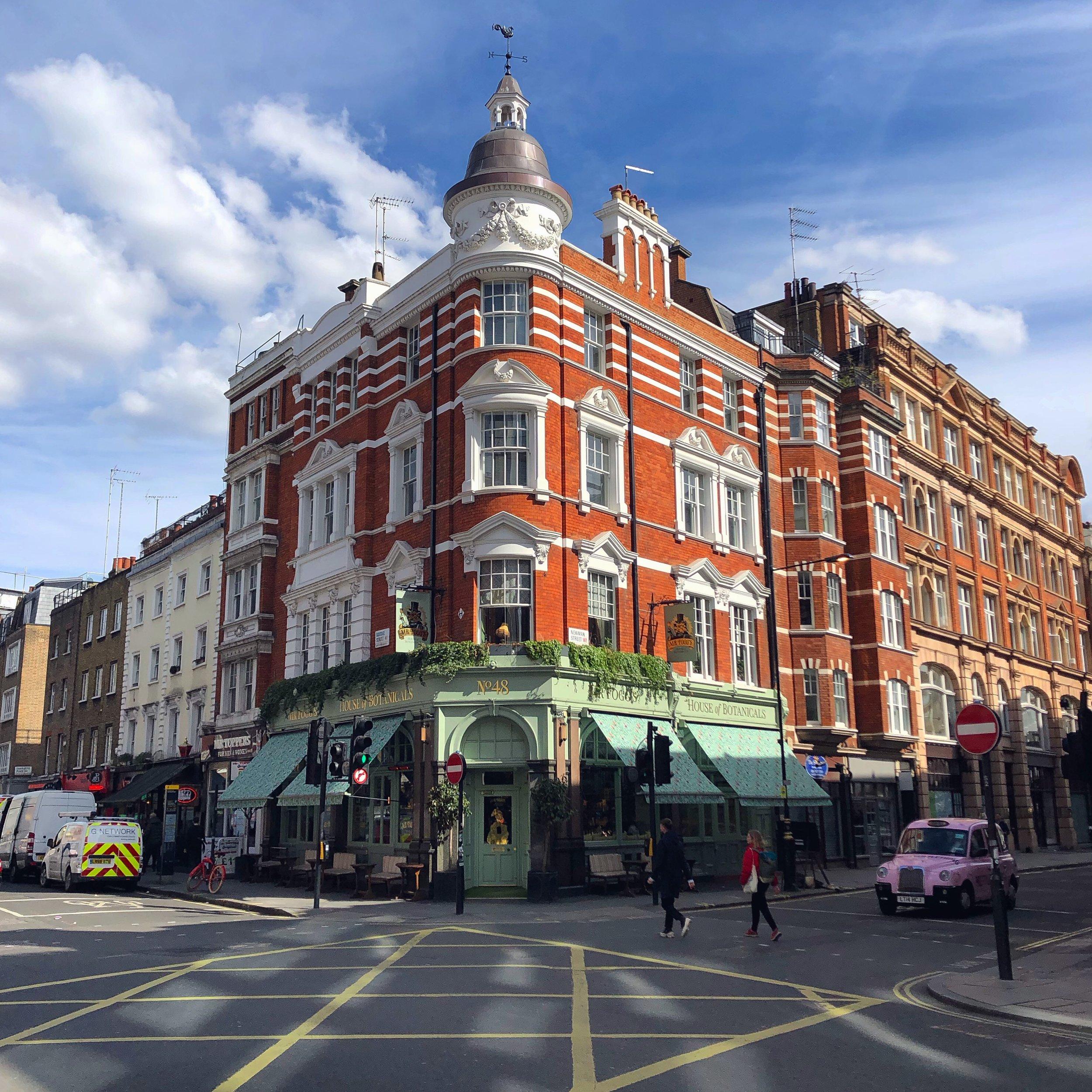 倫敦市中心某一處的路口~有點過太久忘記在哪拍的XD~