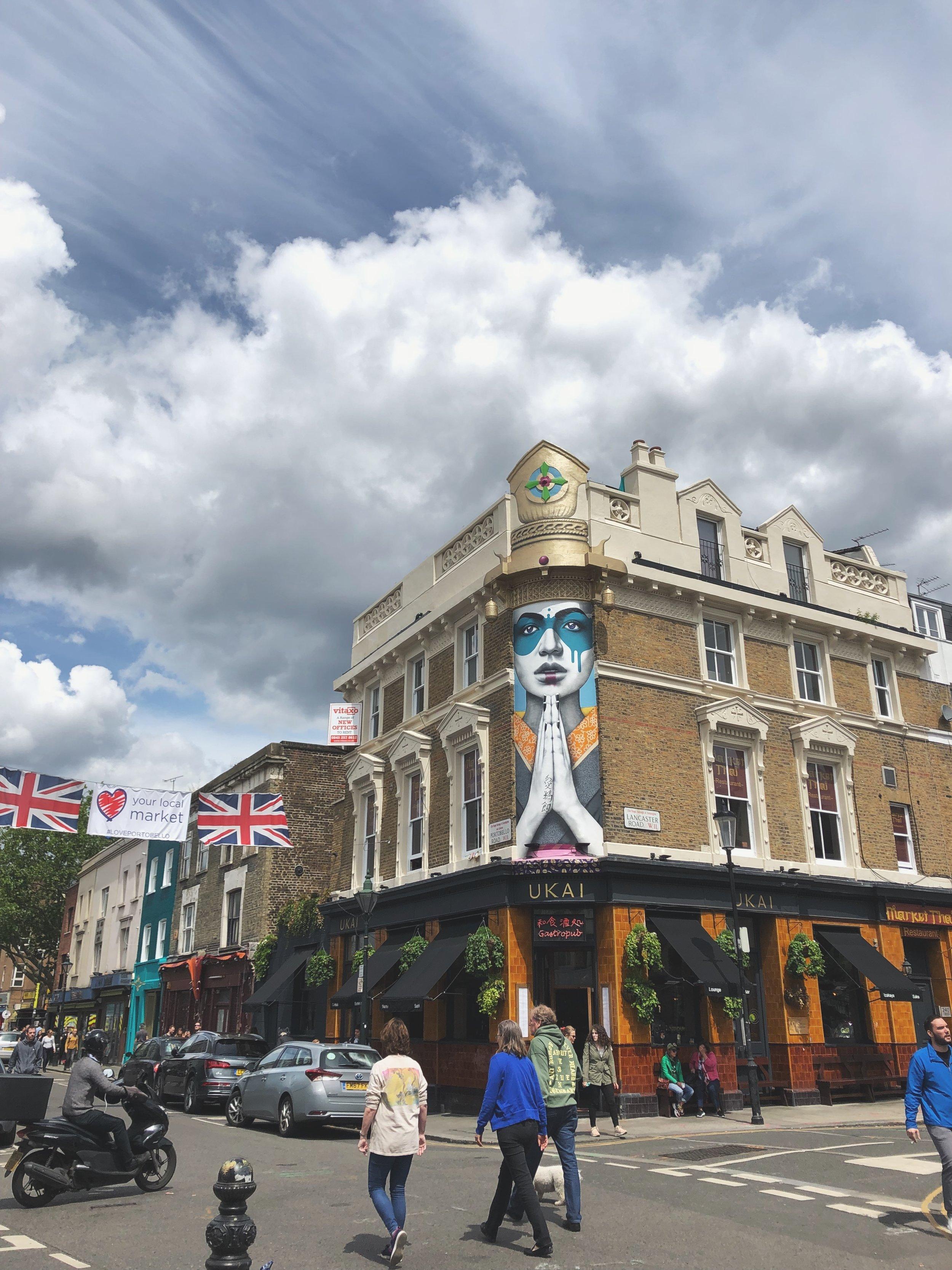這是在倫敦西邊的Nottilng Hill,平時也是會有市集,這附近房子都會漆上不同色彩,很可愛,隨時都可看到很多人在別人房子前拍照XD~