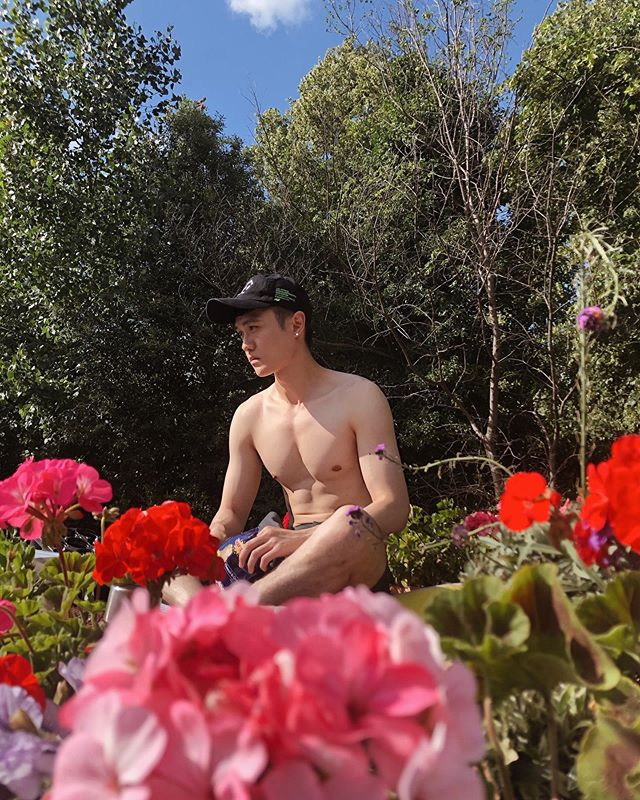 ☀️ Took the sunbathing on the boat yesterday 😎😂 . . 📸 @viewfromzero_ . . . #uk #unitedkingdom #london #victoriapark #boat #sunbthing #asian #taiwanese #taiwanboy #londoner #londonist #sunny #weekend #flowers