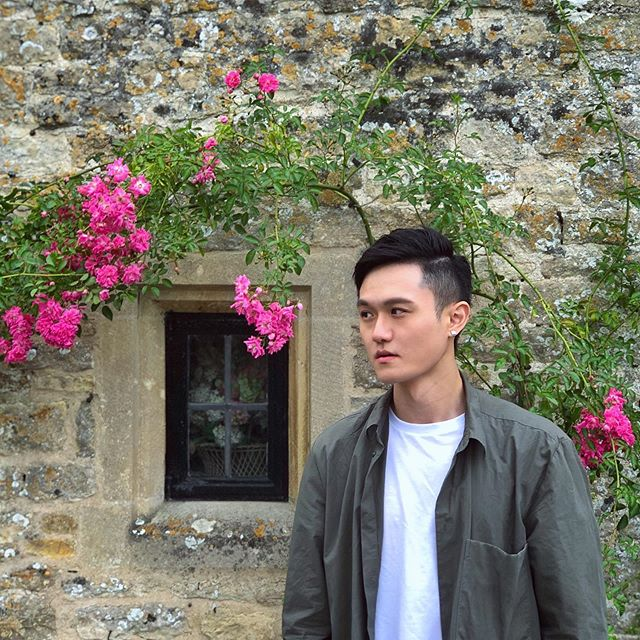 Joined the day trip tour to the Cotswolds🥳 via @kkdaytw . . . #unitedkingdom #uk #cotswolds #bibury #kkday #ootd #asian #taiwanese #taiwanboy #travel #stonehouse #cos #trip #tour #kkdaytravel #flowers