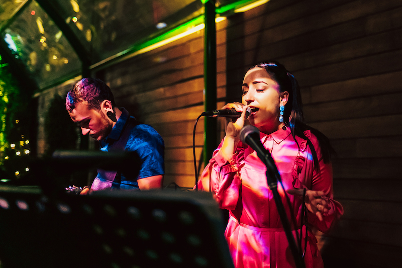 Bass Mic singer Sarah Tarabulsi and guitarist (photo credit: Vii Dubai)
