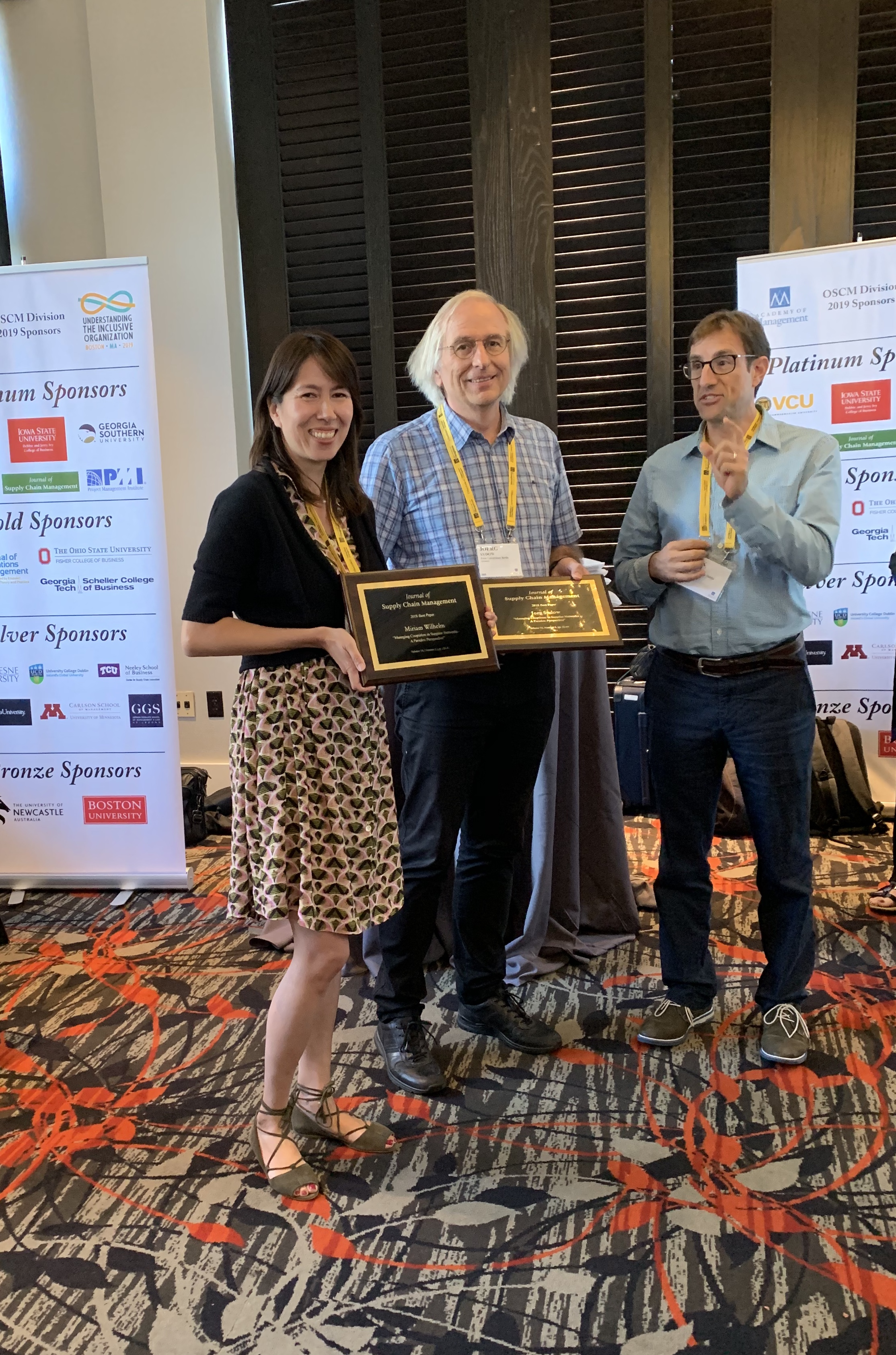 Miriam Wilhelm and Jörg Sydow accepting their Best Paper award