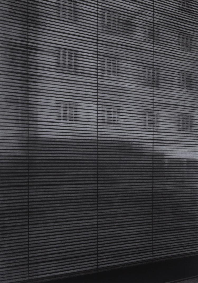 Raamzicht straatzicht, 2016, Kohle auf Papier, 76,5 x 53,5 cm
